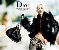 """Dior Homme abrió un negocio """"pop-up"""" en el Soho de Nueva York -133 Greene Street-  sólo temporal. Su objetivo es llenar el vacío que ha dejado el cierre por reformas de su negocio insignia neoyorkina -17 East 57th Street-, la cual se reabrirá posiblemente en septiembre próximo.  """"Pop-up"""", el director creativo de Dior Homme, Kris Vanassche, prestó especial atención a una amplia gama de artículos, como ropa, calzado, anteojos, pieles, joyas y fragancias."""