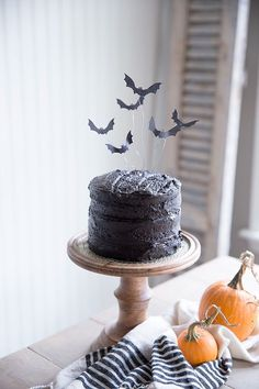 Bat Cake Topper Free Printable flying bat cake topper and easy tutorial- a unique and spooky halloween treat!Free Printable flying bat cake topper and easy tutorial- a unique and spooky halloween treat! Halloween Party Kuchen, Diy Halloween, Cute Halloween Cakes, Halloween Mignon, Halloween Torte, Theme Halloween, Halloween Food For Party, Halloween Season, Holidays Halloween