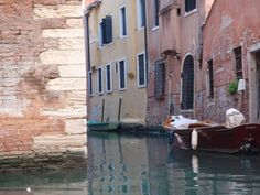 Have you taken a gondola ride in Venice? For Euros, it's something you really can't miss. Edward Hopper, Travel Around The World, Around The Worlds, Venice Italy, Pink Blue, Golf Courses, Europe, Adventure, Landscape