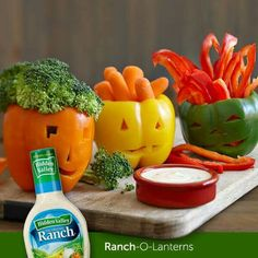 Edible Halloween Craft: Ranch-O-Lantern Platter Halloween Desserts, Soirée Halloween, Halloween Party Snacks, Healthy Halloween Treats, Halloween Appetizers, Holidays Halloween, Holiday Treats, Holiday Fun, Halloween Decorations