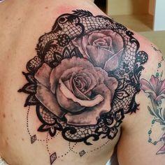 tatouage rose avec dentelle sur omoplate femme