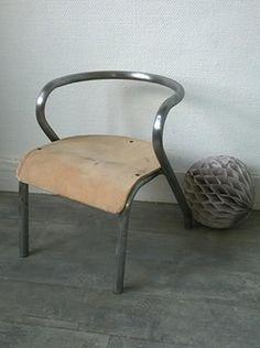 """Une petite chaise Gascoin. La structure en métal a été nettoyée pour retrouver les chromes d'origine...craquante ! L'assise présente encore des traces de sa vie passée. <h2><img alt=""""oiseau-mon-petit-meuble"""" src=""""http://cluster013.ovh.net/~monpetitt/wp-content/uploads/2014/01/oiseau-mon-petit-meuble.jpg"""" width=""""45"""" height=""""48"""" /> Too late !</h2> Partager sur : [share title="""" """" socials=""""facebook, twitter, google, pinterest, bookmark"""" class="""""""" icon_type=""""fade"""" ]"""