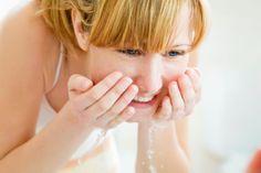 11 Fragen zur täglichen Gesichtsreinigung Es fühlt sich gut an, das Gesicht abends vom Staub des Tages und Schmink-Resten zu befreien. Aber wie gelingt das besonders sanft? Welche Neuheiten lohnen sich für welchen Hauttyp? vital.de beantwortet die 11 häufigsten Fragen zur täglichen Gesichtsreinigung.