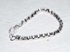 Il bracciale swarovski è un semplice ed elegante braccialetto fatto a mano con una fila di luminossimi brillantini swarovski e una chiusura a fiore. E' Possibile variare sia la dimensione degli str...