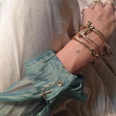 Taking Proper Care Of Your Crystal Jewelry - Jewelry Springs Look Fashion, Fashion Beauty, Piercings, Style Urban, Little Things, Small Tattoos, Cuff Bracelets, Gold Bangles, Jewerly