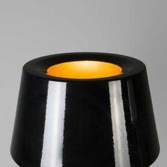 Lámpara de mesa VEGAS negro y oro - Lámpara de diseño espectacular, dispone de una base tipo trípode. El cuerpo de la lámpara está hecho de metal lacado en negro brillante y la cubierta está pintada de color oro, por la parte interior, así consigue crear una luz muy cálida y acogedora. #gold #black&gold #blackandgold #black