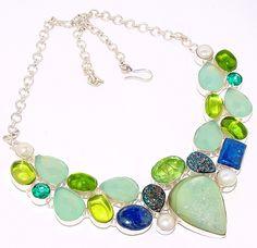 Maxi colar com base de prata 925 e aplicações de Lápis-lazúli, Calcedônia verde, Cristais, Drusa e Pérola. Produto da Ásia.