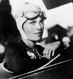 Emelia Erhart aviadora conocida por sus marcas de vuelo y por intentar el primer viaje aéreo alrededor del mundo sobre la línea ecuatorial.