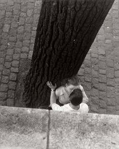 """Bords de la Seine, Paris, 1949"", fotografia de Izis Bidermanas. Veja também: http://semioticas1.blogspot.com.br/2013/12/robert-capa-em-cores.html"