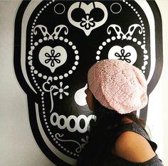cappellino di lana rosa antico realizzato con ferro circolare, motivo a rombi in rilievo