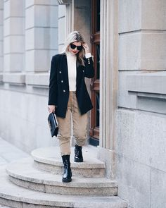 Styling a blazer for a casual look | For more style inspiration visit 40plusstyle.com