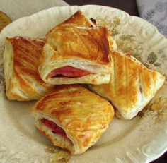 A very quick and easy recipe to prepare, ham and cheese slices wrapped in puff pastry, that go to the oven brushed with egg yolk. Cheese Puffs, Ham And Cheese, Puff Pastry Recipes, Pork Chops, Quick Easy Meals, I Foods, New Recipes, Brunch, Appetizers