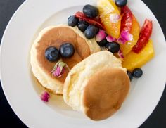 Ψηλά αφράτα ιαπωνικά pancakes σουφλέ - γιαπωνέζικες τηγανίτες σουφλέ με φρούτα και μέλι Japanese Pancake, Pancakes, Breakfast, Sweet, Food, Morning Coffee, Candy, Eten, Meals