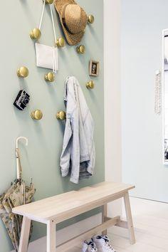 Handen uit de mouwen! Voor de DIY-liefhebber: kies voor een mdf-paneel met FÅGLAVIK knoppen. | IKEA IKEAnl IKEAnederland inspiratie wooninspiratie gang hal jassen tassen sjaals handschoenen wanten mutsen kinderen opruimen opbergen tips