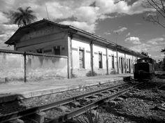 A estação de Desembargador Furtado foi aberta em 1901. Recebeu o nome de um dos proprietários da Fazenda Duas Pontes, que foi o responsável pela construção da estação, depois de negociações com a Mogiana. Essa fazenda foi a maior produtora de café do município, sendo portanto durante muitos anos a que mais embarcava o produto, em Campinas. Junto à estação existe ainda uma colônia, infelizmente abandonada, que ainda mostra em suas ruínas um conjunto arquitetônico harmonioso; nela, a Mogiana…