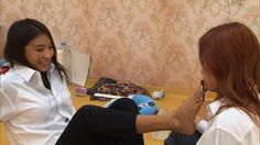 SISTAR's Bora puts lipstick on Soyu with her toes?