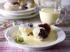 Brombeer-Quark-Mini-Muffins mit warmer Vanillesoße Rezept | LECKER