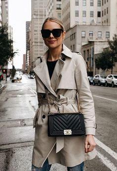 Finally March and the weather is getting warmer every single day. When it is not cold enough to wear thick trench coat outfit Trenchcoat Style, Chanel Bag Black, Chanel Bag Classic, Chanel Boy Bag, Trench Coat Outfit, Mode Mantel, Outfits Mujer, Classic Trench Coat, Fashion Jackson