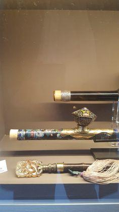 Pipes à opium 19e et 20e (dont ine en cloisonné) et un ringard orné d'une pierre dure sans doute plus moderne (Biennale de Paris 2017 - Galerie Delalande).