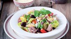 Emblématique des déjeuners ensoleillés du Sud, cette belle salade est très facile à préparer. Vous pouvez la déguster à la maison ou l'emporter dans une boîte hermétique pour un ...