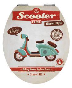 """Ausgefallener Toilettendeckel mit Motiv """"Scooter"""" im Retro-Style auf einer erhobenen Relief-Metalloberfläche mit Absenkautomatik und Schnellbefestigung. Gesehen für € 49,99 bei kloundco.de."""