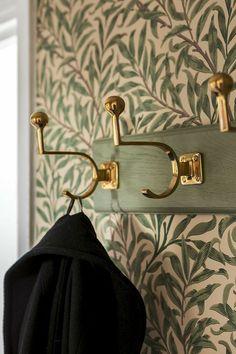 Gold hardware + botanical wallpaper - New Deko Sites Interior Inspiration, Design Inspiration, Morris Wallpapers, Botanical Wallpaper, Deco Design, Design Design, Malm, Interior And Exterior, Interior Decorating