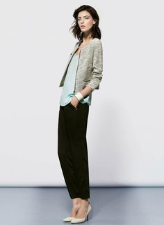 calça preta + blusa colorida + casaco + scarpin nude