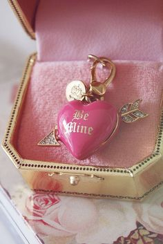 Juicy couture charm Be Mine pink heart Hot Pink, Pink Love, Pink And Gold, Pretty In Pink, Bling Bling, Juicy Couture Charms, Juicy Couture Jewelry, Dior, Valentine's Day