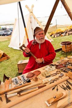 Fjellborg Vikings showing off everyday tools. Gimli, 2013. Photographer: Leif Norman