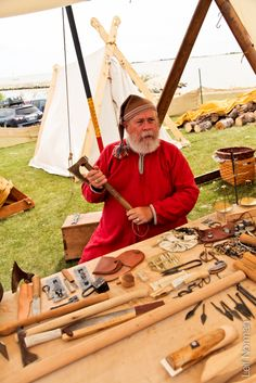 Fjellborg Vikings showing off everyday tools. Gimli, 2013. Photographer: Leif Norman