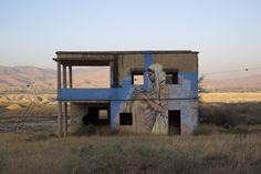 Spookachtig mooie beelden van desolate gebouwen: Streetart op verlaten gebouwen in de Jordan Valley in Jordanie© Epa