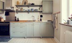 Inspiration: 6 favoritkök i shakerstil Kitchen Utensils Store, Kitchen Knobs, Shaker Kitchen, Home Decor Kitchen, New Kitchen, Kitchen Dining, Kitchen Cabinets, Small American Kitchens, Hidden Kitchen