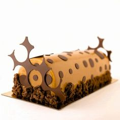 Noël 2013 - Bûche intense - Toutbio - Alliant, l'intensité du chocolat et la douceur du caramel, cette bûche est élaborée à partir d'ingrédients 100% bio : biscuit chocolaté sur lequel repose une mousse onctueuse parfumée au caramel de sucre roux. Pastilles et décorations en chocolat Bio Andoa. Réalisée en édition limitée et uniquement sur commande.