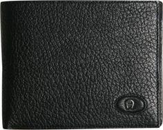 Seit über 40 Jahren ist die Marke Aigner in der Königsklasse für Mode und Accessoires vertreten. Die Produkte zeichnen sich durch exklusivste Materialien in hochwertiger Verarbeitung aus. Eleganter Schick in unaufdringlichen Dessins beeindrucken durch die einzigartige Handwerkskunst, mit der Designer Etienne Aigner das Label mit dem unverwechselbaren Hufeisen-Logo geprägt hat. Wie diese Kombibörse aus feinstem Hirsch- und Elchleder.