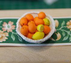 Nellan nukkekoti: Kukkia ja koreja Miniature Dollhouse Furniture, Miniature Food, Dollhouse Miniatures, Basket, Minis, Crafts, Craft Ideas, Nativity Scenes, Hampers