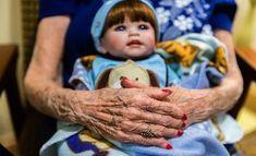 La primera edición del Curso Terapia con muñecas en la atención a personas con demencias, se impartirá el 14 de abril en Madrid por la psicólogaNuria Carcavilla. Dirigida a profesionales de Residencias y Centros de Día. Está basada en un enfoque creativo de la comunicación y es posible mejorar su calidad de vida.