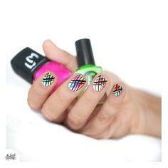 Neon-day et stamping tout de traviole !  (on dira que c'est l'effet grunge recherché t'sais ) #nails #moyou #nailstagram