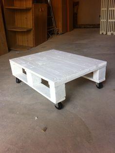 Tavolino interno/esterno con rotelle mobili.