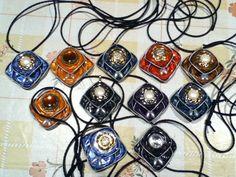 Collares realizados con Cápsulas Nespresso y adornados con botones