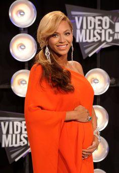 Pin for Later: Ein Baby-Bauch ist das schönste Accessoire der Stars Beyoncé bei den MTV Video Music Awards, August 2011