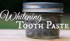 Quiere alegrar esos dientes blancos sin recubrimiento en productos químicos repugnantes?  Esta receta casera de pasta de dientes blanqueamiento es completamente natural y tan fácil de hacer!  | Areturntosimplicity.com