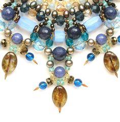 Tuca Stangarlin. FLORES DA NOITE, Jade aquamarine, jade safira, pérola, murano e cristal tcheco. Folheado a ouro. Medindo aproximadamente 46 cm + extensão.