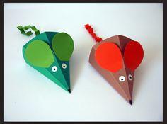 Se trata de una manualidad bastante sencilla de hacer.    1.  Imprimimos la plantilla en la cartulina del color elegido  2.  Recortamos ... Origami, Diy And Crafts, Crafts For Kids, Arts And Crafts, Diy Paper, Paper Crafts, Triangle, Manga, Club
