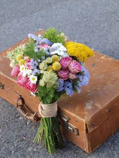 ramo silvestre                                                                                                                                                                                 Más Beautiful Flower Arrangements, Floral Arrangements, Beautiful Flowers, Floral Wedding, Wedding Bouquets, Wedding Flowers, Flower Bomb, Here Comes The Bride, Farm Wedding