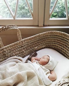 Night cereal: butternut squash rolled oats moses basket and bonnet Little Babies, Little Ones, Cute Babies, Newborn Pictures, Baby Pictures, Baby Basinets, Diy Baby, Foto Baby, Moses Basket