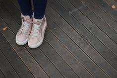 Trendy z wybiegów od lat wyznaczają kierunek modzie ulicznej, jednak od kilku dobrych sezonów obserwujemy zjawisko odwrotne – to gwiazdy street stylu inspirują projektantów do tworzenia mody, którą z całą pewnością można dziś nazwać użytkową. Co zaproponują nam tej jesieni? #butynajesien #butyjesienne #buty #jakiebuty