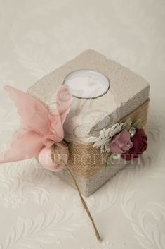 eac0d31e3fc Μπομπονιέρες βάπτισης για κορίτσι βάση με ρεσώ κεράκι διακοσμημένο με  σχοινί και υφασμάτινα λουλούδια