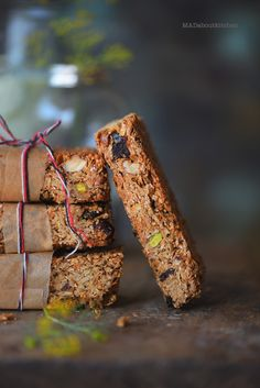Make Selfmade Granola bars with this easy, straightforward, foolproof recipe. Granola Bars are one of many wholesome snacks you possibly can have in t Healthy Protein Snacks, Healthy Bars, No Calorie Snacks, Healthy Breakfasts, High Protein, Eating Healthy, Clean Eating, Healthy Recipes, Raw Brownies