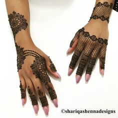 Bookmark These Best Back Of The Hand Bridal Mehendi Designs For Your Wedding! Circle Mehndi Designs, New Henna Designs, Mehndi Designs 2018, Stylish Mehndi Designs, Mehndi Designs For Beginners, Mehndi Design Pictures, Mehndi Designs For Girls, Mehndi Designs For Fingers, Dulhan Mehndi Designs