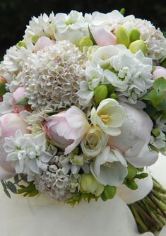 Bledě růžová svatební kytice